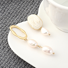 欧美冷淡风时尚个性镀真金不对称珍珠S925银针(白色)